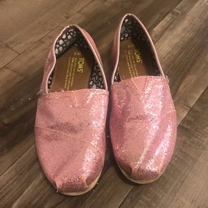 Kids grow fast. Very cute Toms size 6w pink 🥿👠